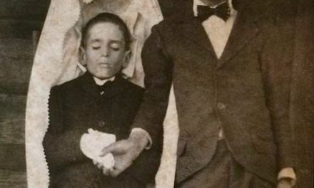 Memento mori – boy with deceased brother?